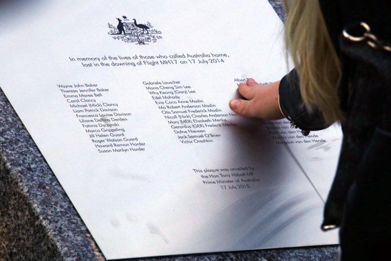 罹難者家屬追撫馬航MH17罹難者紀念碑。(美聯社)