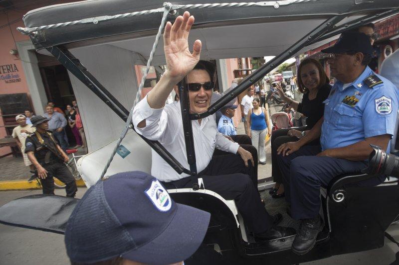 馬英九總統訪問中美洲友邦尼加拉瓜,搭乘馬車逛古城。(美聯社)