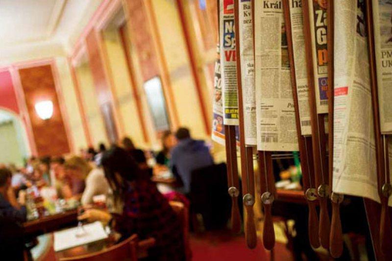 比起歐洲其他首都的咖啡館,布拉格咖啡館更有種「Grand」的性格 。)攝影者.李明宜)
