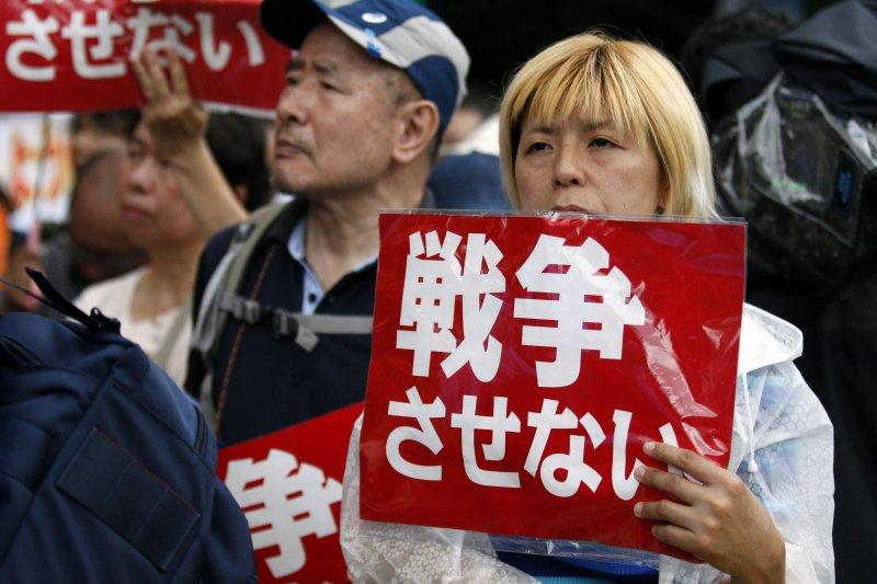 日本民眾抗議政府強推安保法案(美聯社)