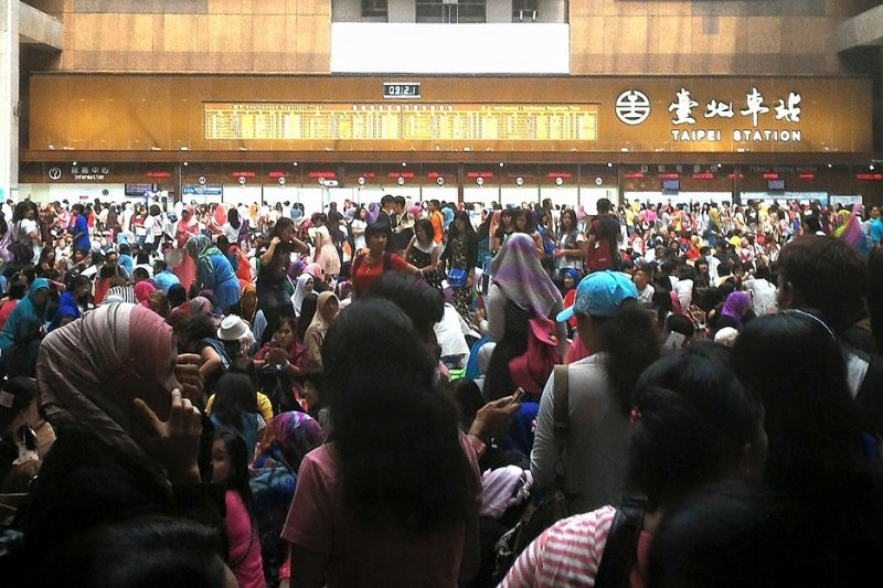 穆斯林開齋節,上萬印尼移工湧入台北車站。(取自台鐵路透社)