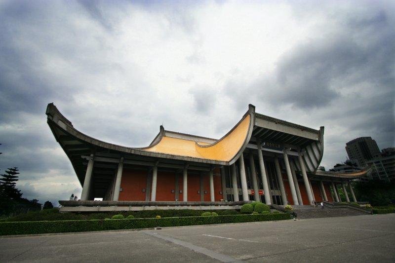 國父紀念館被列為古蹟,未來大巨蛋連通道出入口設置前,須由文資會審議通過。(維基百科)