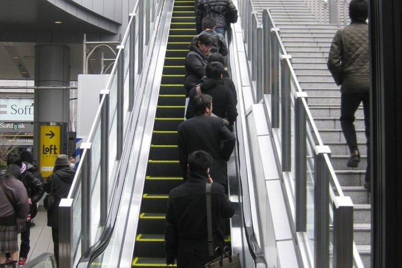 搭乘電扶梯時靠右站的北捷文化(資料照片)