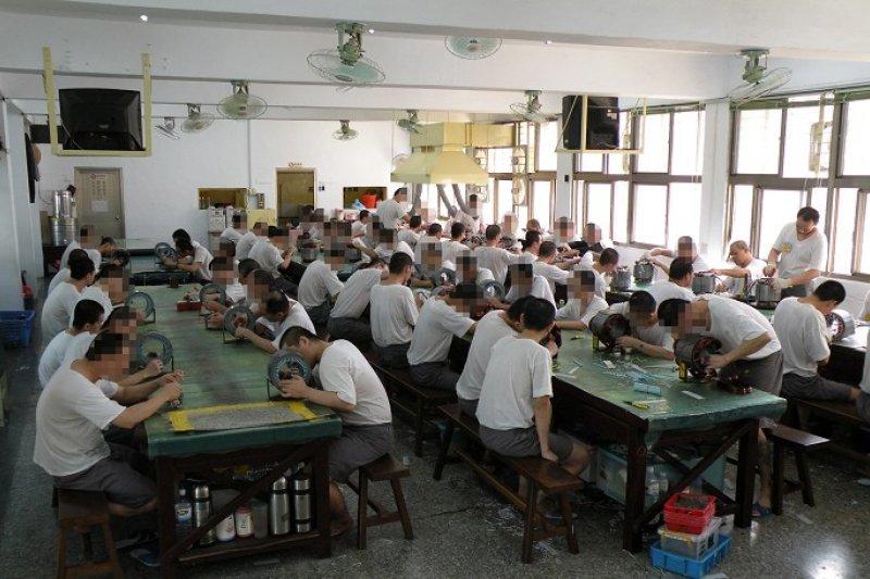 法務部長邱太三主張讓受刑人白天出外工作,真的是好點子嗎?(取自法務部矯正署桃園監獄臉書)