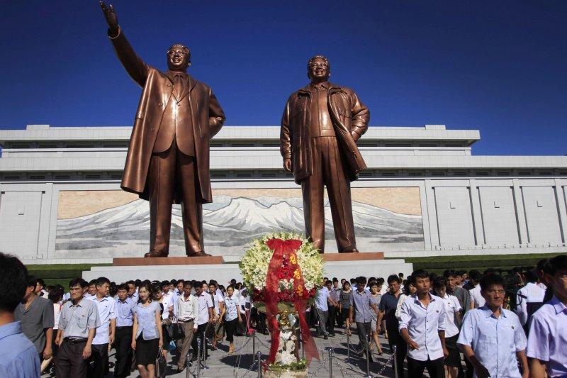 北韓官兵參拜兩位前領導人金日成、金正日父子雕像。( 美聯社)