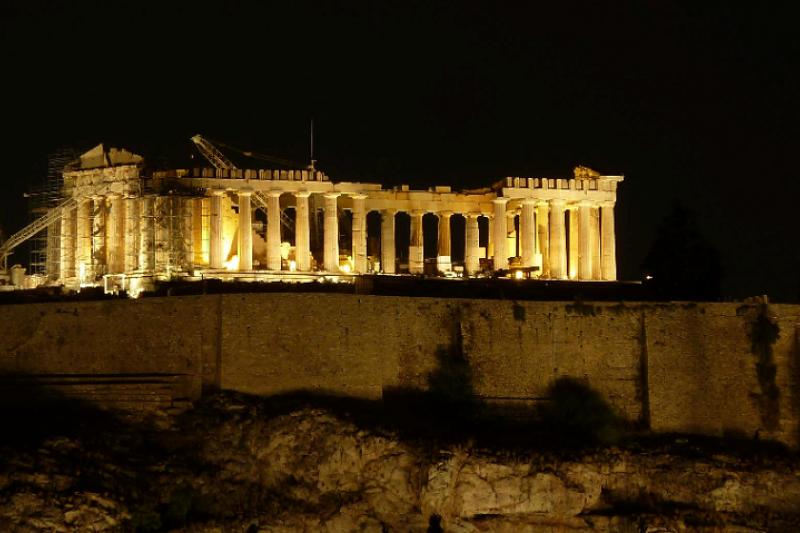 雅典市區遠眺衛城夜景,圖中依然能看見城邊維修工程的鷹架(作者提供)