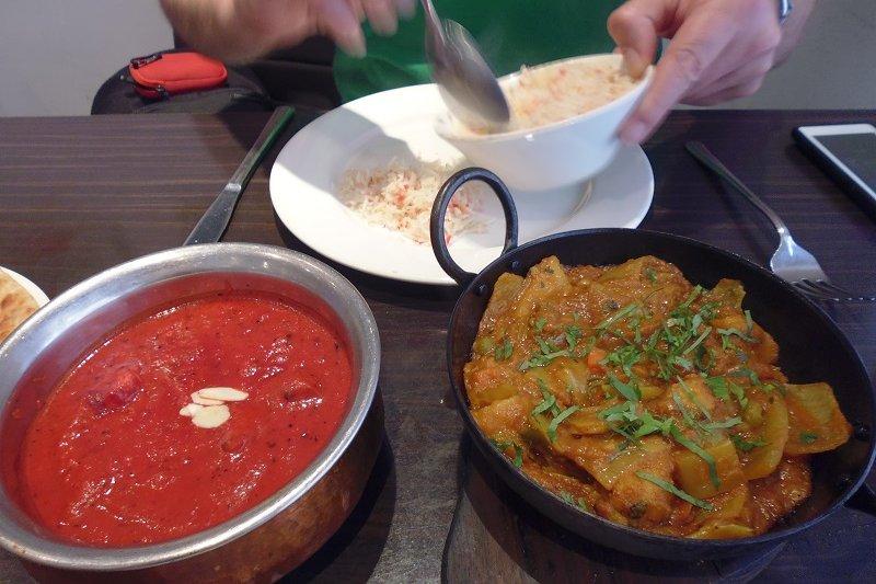 有「國菜」之稱的印度菜「邁沙拉」(masala, 染成紅色的那一道菜﹔「邁沙拉」是混合香料) (白曉紅 攝)