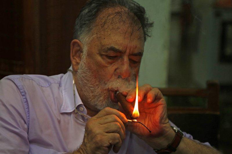 美國大導演柯波拉抽古巴雪茄。(吸菸有害健康)(美聯社)