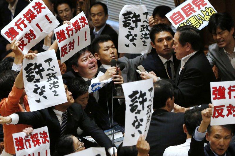 眾院強行表決安保法案,在野黨群起反對。(美聯社)