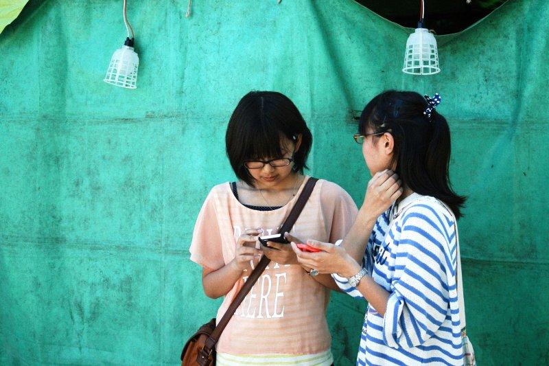 現代孩童長時間接觸手機螢幕,近視比例激增(圖/MIKI Yoshihito@flickr)