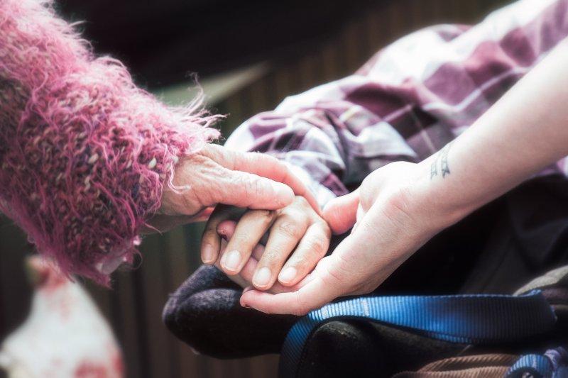 面對突如其來的病魔,你的朋友需要更多的關懷與陪伴。(圖/Stewart Black@flickr)