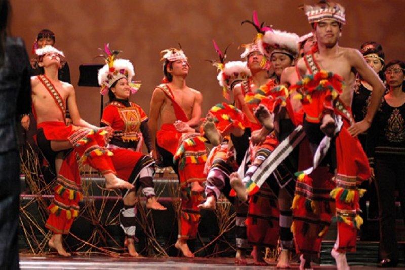 台灣擁有最好的南島古文明,認識台灣應該從此開始。圖為明台高中原住民學生表演阿美族舞蹈。(2006年/取自台灣原住民神話與傳說官網)