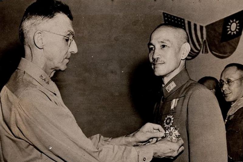 1943年7月7日,史迪威代表羅斯福總統授勳蔣介石,但兩人最後翻臉,史迪威甚至要屬下計畫暗殺蔣。(騰訊歷史)