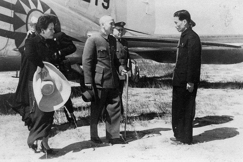 1946年10月21日,蔣介石(中)與宋美齡(左)巡視臺灣。(維基百科)