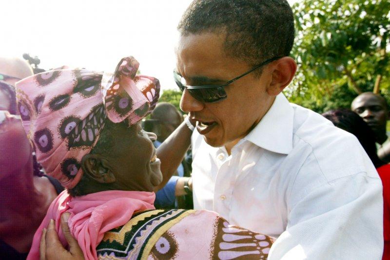 2006年,參議員歐巴馬(右)與後祖母(左)。(美聯社)