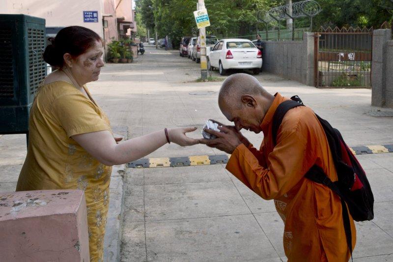 「醫藥巴巴」(Baba)翁卡納斯(Omkarnath)感謝施捨(美聯社)