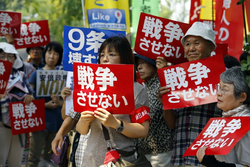日本民眾抗議安保法案。(美聯社)