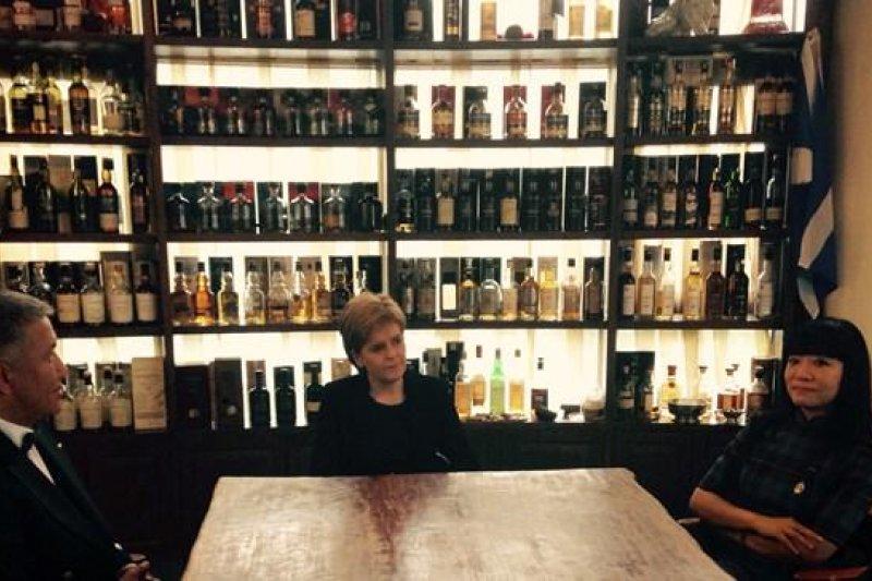 蘇格蘭首席部長史特金(中)親自前往中國招商,盼能打開中國的威士忌市場。(取自蘇格蘭政府官網)