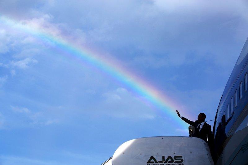 2015年4月9日,歐巴馬從牙買加首都京斯頓(Kingston)的國際機場啟程之前,宛如揮出一道美麗的彩虹。(Official White House Photo by Pete Souza)