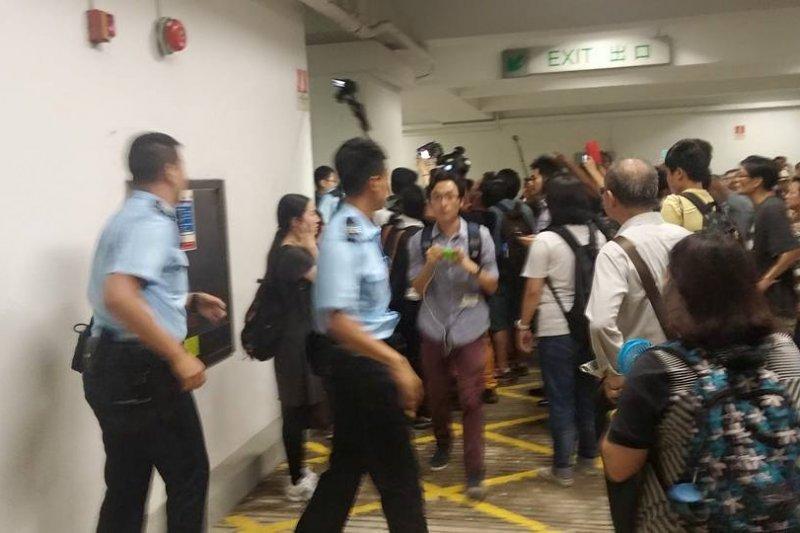 香港大學學生不滿副校長陳文敏任命案一再遭到拖延,衝入校務會議中抗議,警察前往現場維持秩序。(取自堅守港大百年基業臉書)