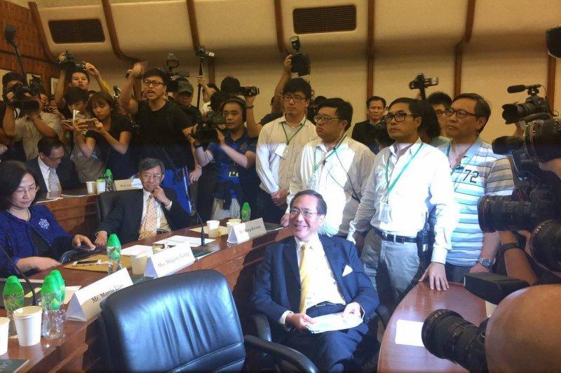 為港大副校長人事案,港大學生衝入會議室,港大校務委員李國章(中)被包圍。(取自堅守港大百年基業臉書)