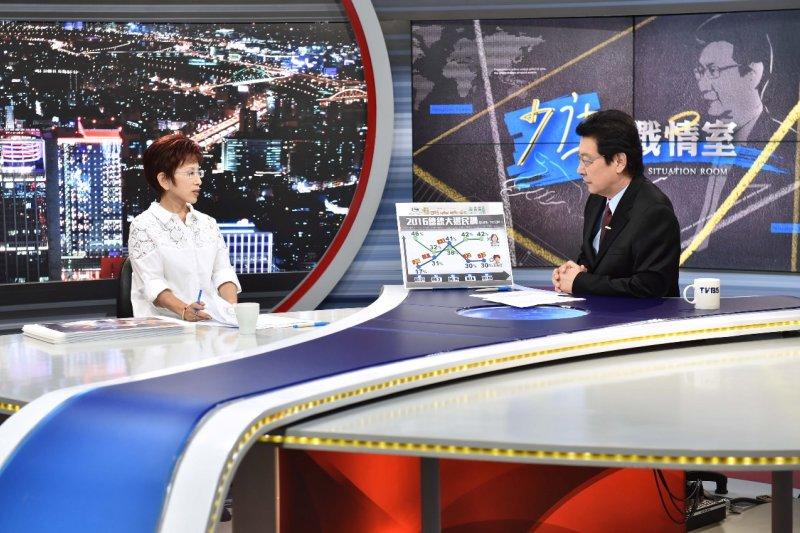 國民黨總統候選人洪秀柱(左)接受政論節目《少康戰情室》專訪,她表示若當選總統「當然改」課綱。(TVBS提供)