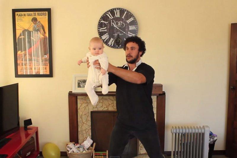 抱緊嬰兒舉起來,像是獅子王一樣向其他老爸炫耀自己的寶貝