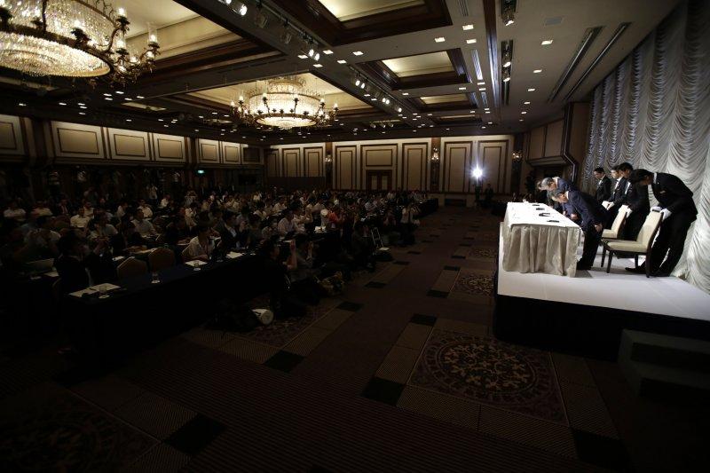 日經宣布買下《金融時報》的記者會(美聯社)