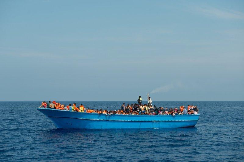 這艘漂流在地中海上的木船,塞滿500多位前往歐洲尋求庇護的移民。(Gabriele François Casini/MSF)
