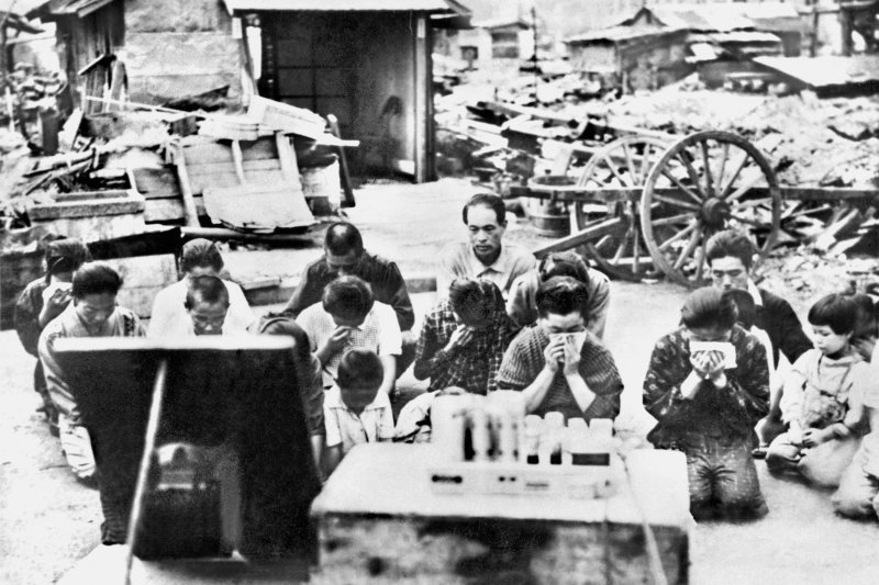 跪地聆聽天皇玉音的日本民眾,還有不少人忍不住落淚。(美聯社)