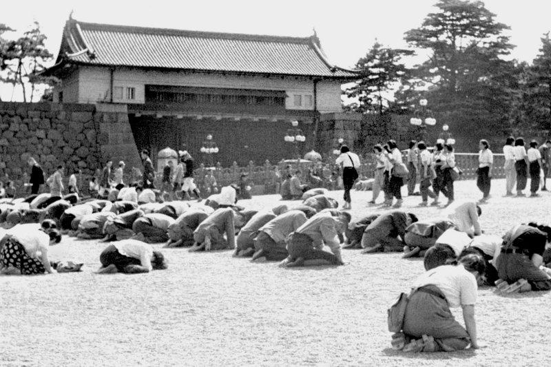 跪地聆聽天皇玉音的日本民眾。(美聯社)