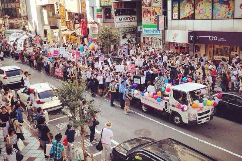 日本高中生於2日走上街頭,高喊「反對戰爭」。(取自T-ns Sowl推特)