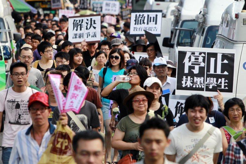 反課綱學生和教育部長吳思華溝通後,目前對爭議仍然無解,圖為反課綱運動8月2日遊行(美聯社)