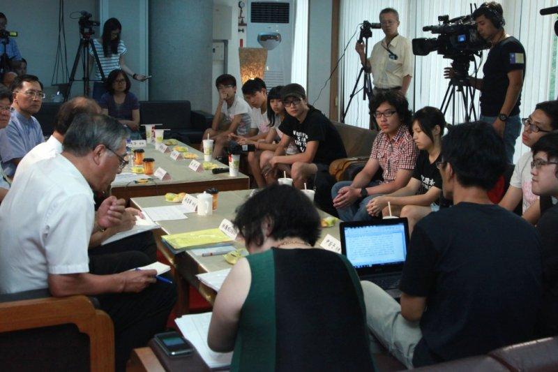教育部長吳思華與反課綱學生對談。(教育部提供)