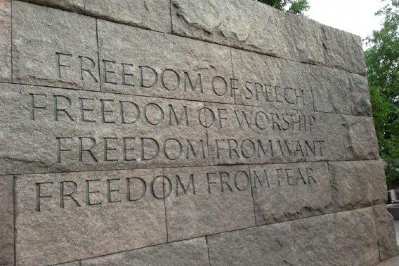 刻有四大自由的石牆。(取自推特)