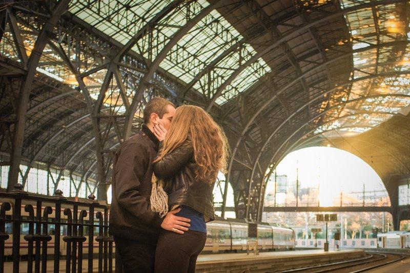 男人和女人都說,接吻會讓他們和伴侶的感情加深,但是...(圖/EnricFradera@flickr)