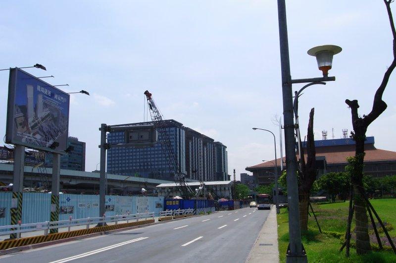 歷經5次流標的台北車站特區「雙子星」標案,本月初正式截標,由於雙子星標案歷經波折,加上遠雄大巨蛋案,考驗民間參與台北市BOT標案信心。圖為2009年時施工中的台北雙子星東棟。(資料照,取自Howard61313@wikipedia/CC BY-SA 3.0)