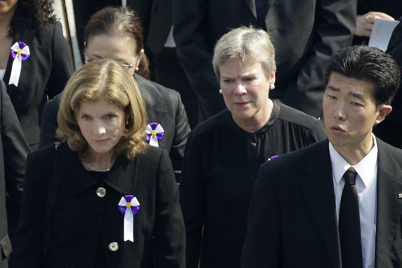 美國駐日大使卡洛琳·甘迺迪(左)與負責軍控與全球安全事務的國務次卿葛特莫勒(中)。(美聯社)