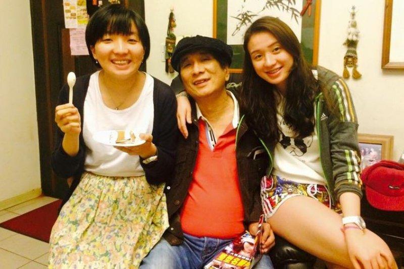 「浩子」和他兩個寶貝女兒都說,「家裡最娘的是老爸。」(取自臉書)