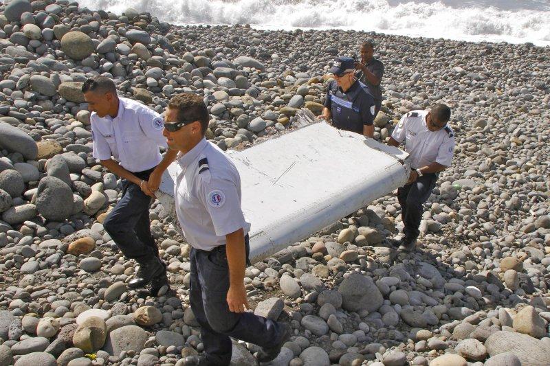 7月29日在留尼旺島發現的一塊2公尺長的襟副翼殘骸,確實來自MH370客機(美聯社)