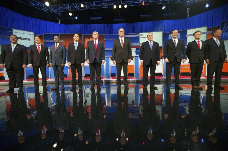 共和黨總統參選人的第一場辯論會在6日晚間登場,目前民調領先的10位選將一字排開(美聯社)。