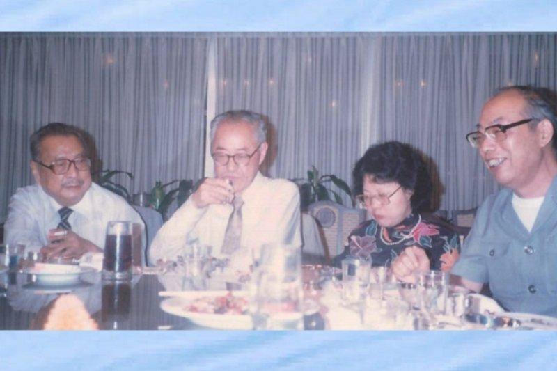 左起臺靜農、夏志清、王洞、侯健於1985年在台北歡聚。(允晨提供)