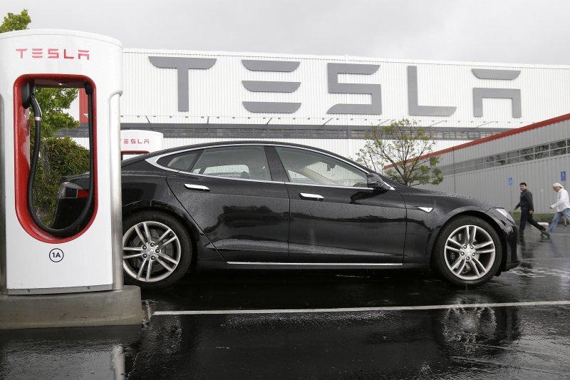 美國電動車大廠Tesla的Model S傳出程式漏洞,駭客可進行遠端綁架。(美聯社)
