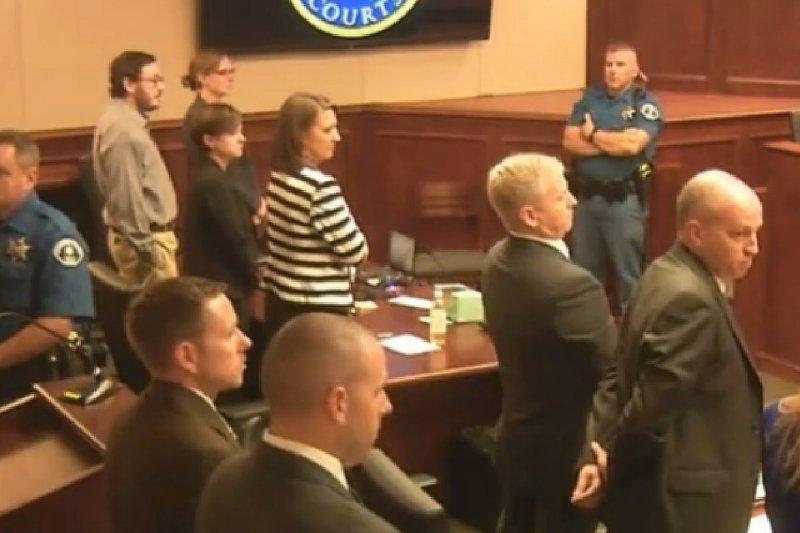 科羅拉多州槍擊案的被告霍姆斯(左方戴眼鏡者)在法庭上聆聽宣判。(美聯社)