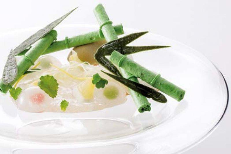 這道主廚原創的「嵐山竹庵」(Arashiyama Summer),玻璃圓皿上盛裝的不只是甜點,更是幅讓人五感都清涼的立體夏季風景。(攝影者.李明宜)
