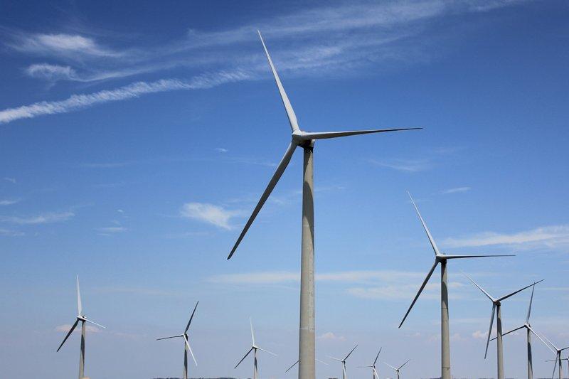 台灣綠能蘊藏豐富,但是台灣的綠能產業發展卻仍存在著嚴重的制度性障礙,因為在制度上,台電擁有發、輸、配、售電之獨占權。(圖片來源:網路)
