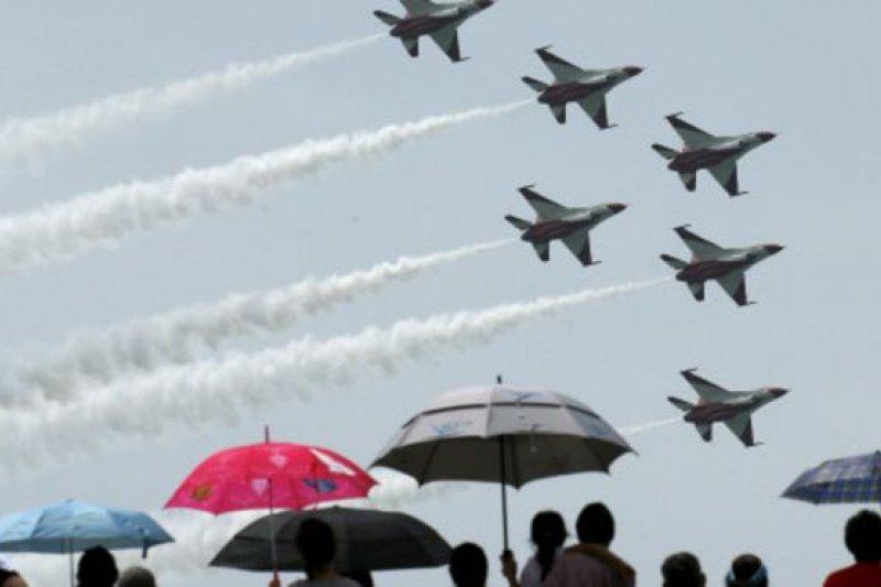 新加坡空軍部隊黑騎士特技飛行團隊9日參與國慶活動。(BBC中文網)