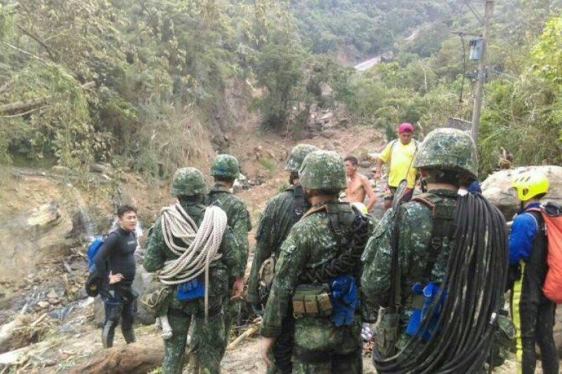 陸軍特指部官兵挺進烏來災區,開設通信網路並落實施搜救。(陸軍司令部提供)