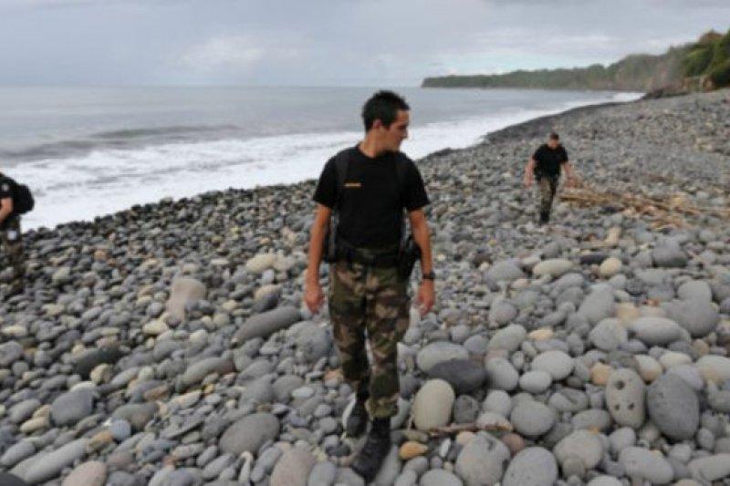搜尋人員在留尼旺島東部沿岸尋找疑似失聯的馬航MH370殘片。(BBC中文網)