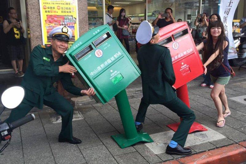 蘇迪勒過境,歪腰郵筒意外成另類新景點,連郵差都下海當模特兒與民眾拍照。(取自歪腰郵筒臉書)
